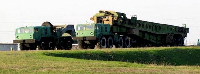 Автомобілі МАЗ -537 зі спеціальними причепами для транспортування та завантаження ракет у шахти