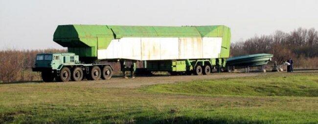 Автомобілі МАЗ -537 зі спеціальними причепами для транспортування та завантаження ракет у шахти2