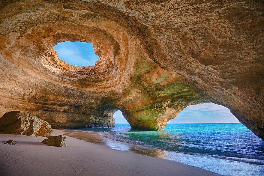Пляж з печерами